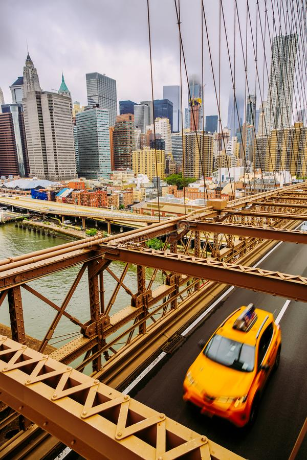 Gul New York Cab på Brooklyn Bridge med Manhattan-vy royaltyfria foton