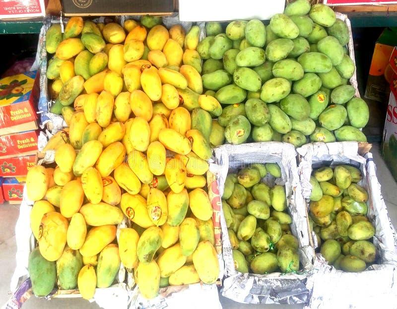 Gul och grön mangofrukt i grönsak shoppar i Pakistan royaltyfri fotografi