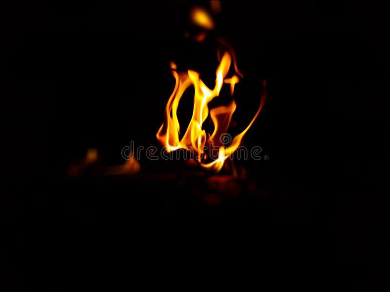 Gul och röd brand med svart bakgrund arkivbild