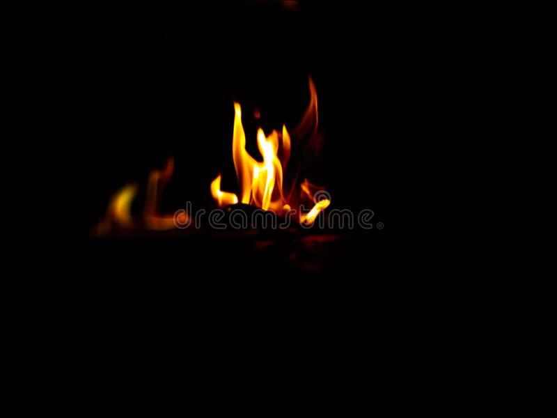 Gul och röd brand med svart bakgrund fotografering för bildbyråer