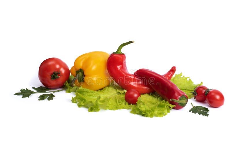 Gul och röd söt peppar med tomater Röd söt lång peppar med gul söt peppar och tomater på en vit bakgrund rums- arkivfoton