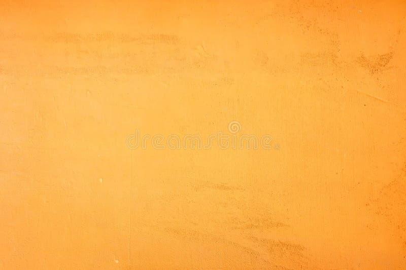 Gul orange grungeväggfärg och texturbakgrund royaltyfria bilder