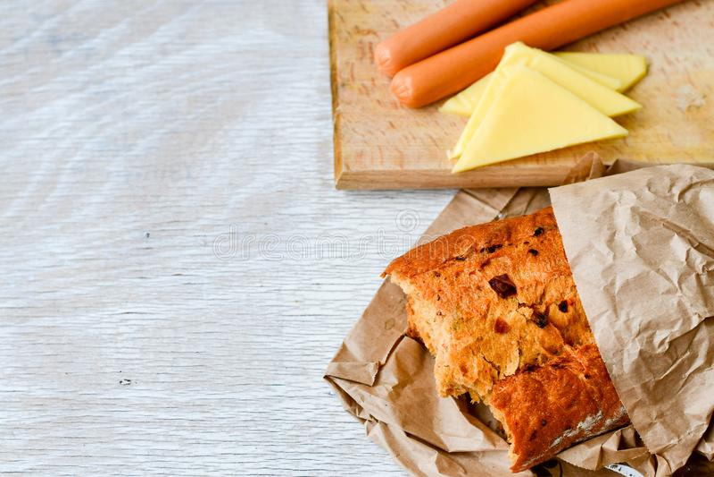 Gul ost, bröd och korvar royaltyfri foto