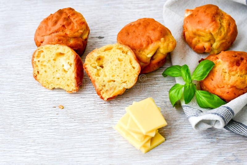 Gul ost och ostmuffin fotografering för bildbyråer
