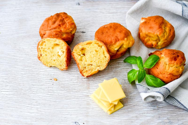 Gul ost och ostmuffin arkivfoto