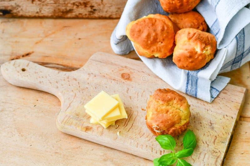 Gul ost och ostmuffin royaltyfria bilder