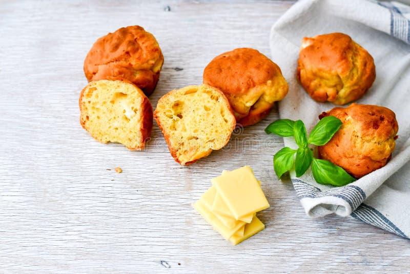 Gul ost och ostmuffin arkivbild