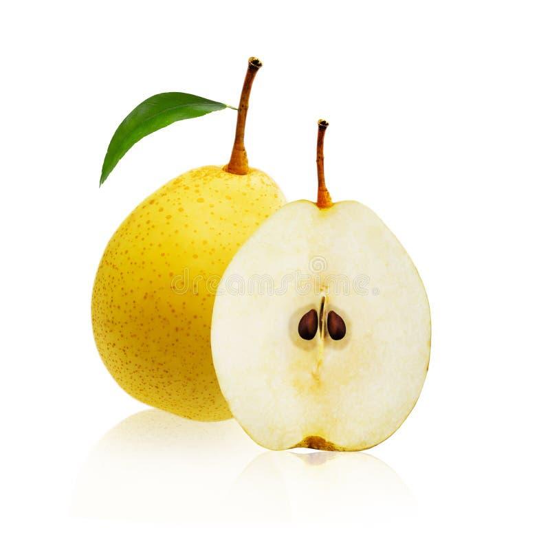 Gul päronfrukt och en klippte i halvan som isolerades på vit bakgrund arkivfoto