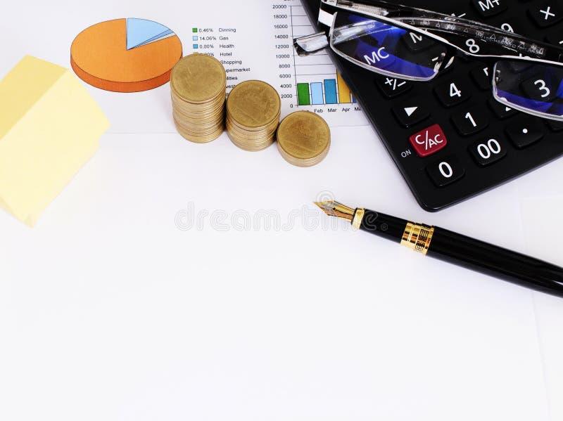 Gul pappers- och funtainpenna och mynt och räknemaskin och glasögon royaltyfria foton