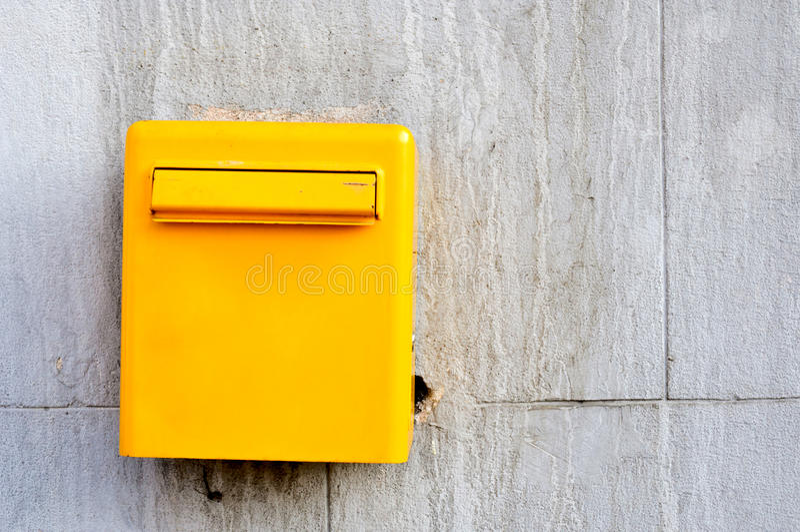 Gul postbox arkivfoto