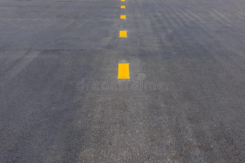 Gul pricklinje för bruten gränd på asfaltvägen, vägmarkering arkivbilder