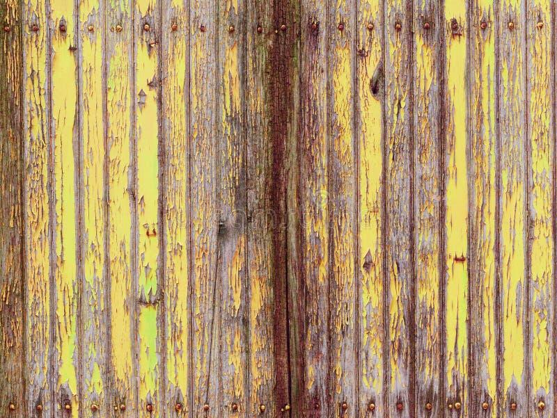 Gul rödaktig riden ut trävägg med skalning av målarfärg v2 fotografering för bildbyråer