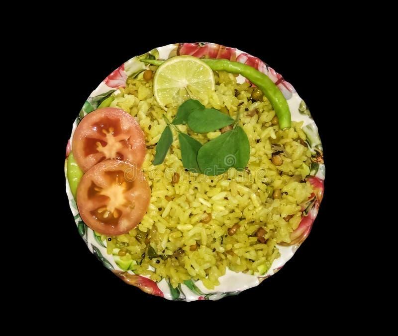 Gul ris, garnerat med tomatcitron och gröna kyler royaltyfria bilder