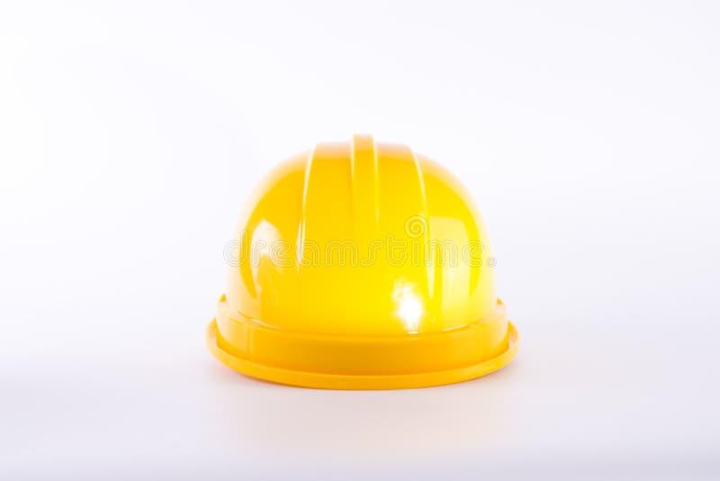 Gul s?kerhetshj?lm p? vit bakgrund h?rd hatt som isoleras p? vit Begrepp f?r s?kerhetsutrustning Arbetare och industriellt tema royaltyfria bilder