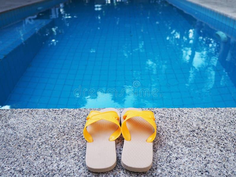 Gul sandal av simbass?ngen arkivbilder
