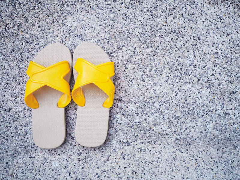 Gul sandal på kanten av simbassängen royaltyfri fotografi