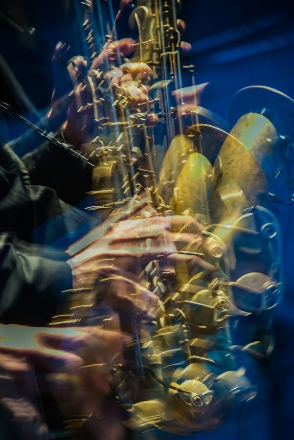 Gul saxofonspelare som går galen fotografering för bildbyråer