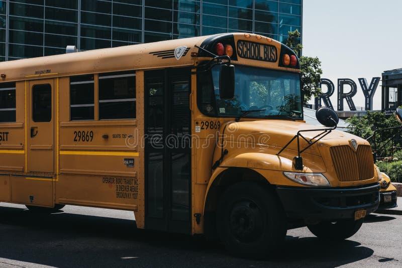 Gul skolbuss på en väg i New York, USA arkivbild