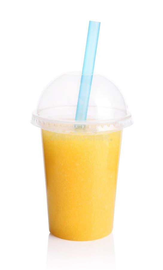 Gul smoothie i plast- genomskinlig kopp royaltyfri fotografi