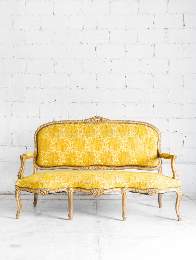 Gul soffa för klassiker royaltyfria bilder