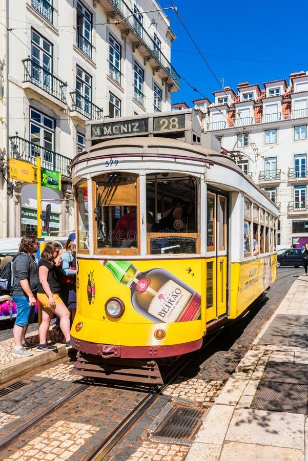 Gul spårväg för tappning i Lissabon Portugal royaltyfria foton