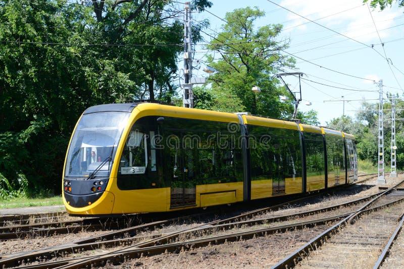 Gul spårvagn - Budapest arkivfoton