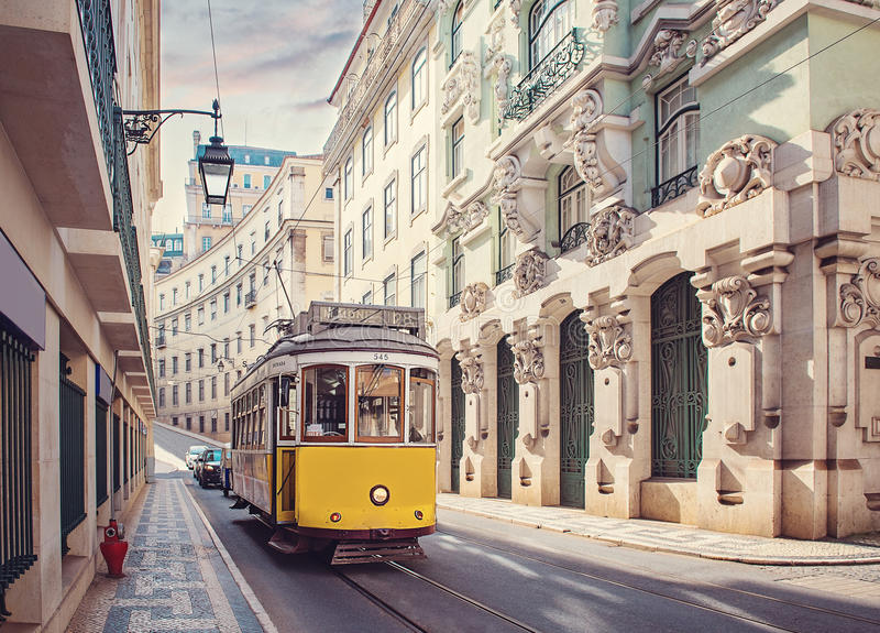Gul spårvagn i Lissabon, Portugal royaltyfria foton