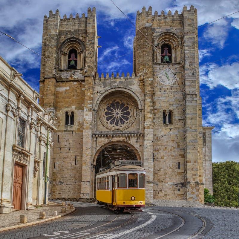 Gul spårvagn och Lissabon domkyrka av St Mary Major Se de Lisboa i Lissabon, Portugal royaltyfria bilder