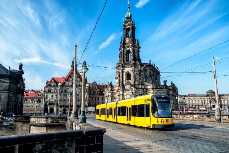 Gul spårvagn på mitten av Dresden. Tyskland arkivbild