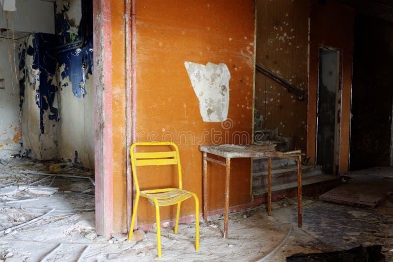 Gul stol och brocken tabellen royaltyfria foton