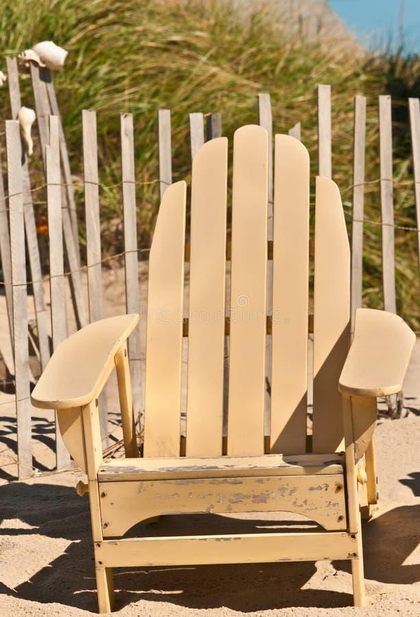 Gul strandstol för tappning royaltyfri bild