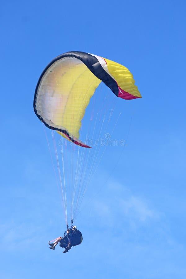 Gul tandem paraglider i en blå himmel royaltyfria foton