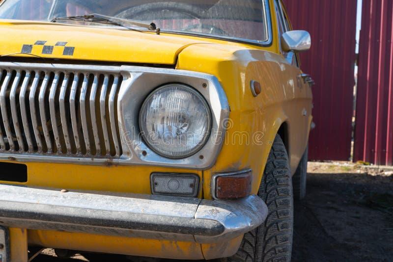 Gul taxibilcloseup krombest?ndsdelar av bilkroppen 60-70 ?r royaltyfri fotografi
