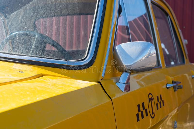 Gul taxibilcloseup krombest?ndsdelar av bilkroppen 60-70 ?r arkivfoton