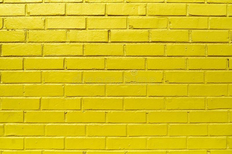 Gul tegelstenvägg arkivfoton