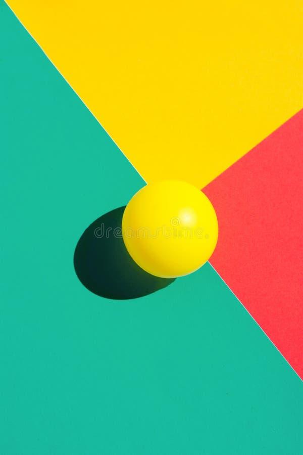 Gul tennisboll på röda triangelbeståndsdelar för turkos Abstrakt färgrik grafisk geometrisk sammansättning Affärsinnovation royaltyfri bild