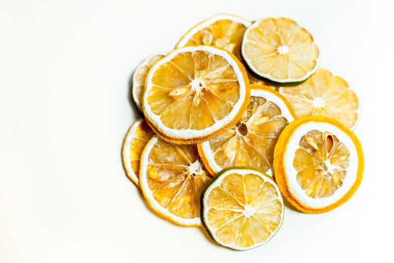 Gul torkad citronskiva som tillsammans staplas i vit bakgrund arkivfoto
