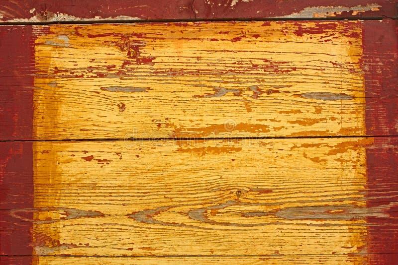 Gul träsköld med den röda ramen royaltyfri fotografi