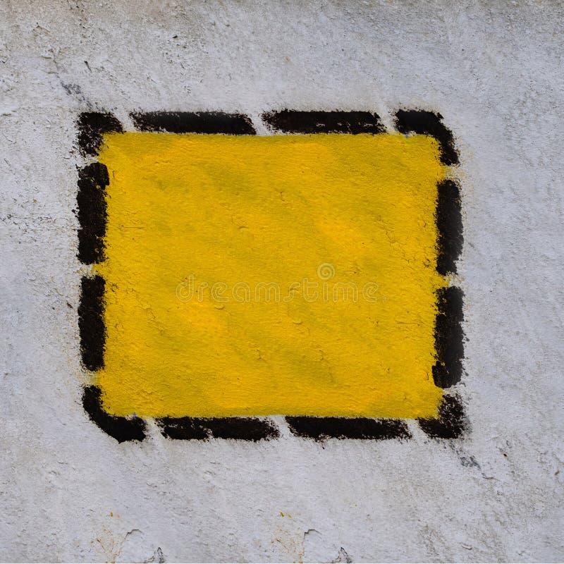 Gul triangel, fyrkant, romb i svart prickig ram på den gamla gemensamma väggen arkivfoto