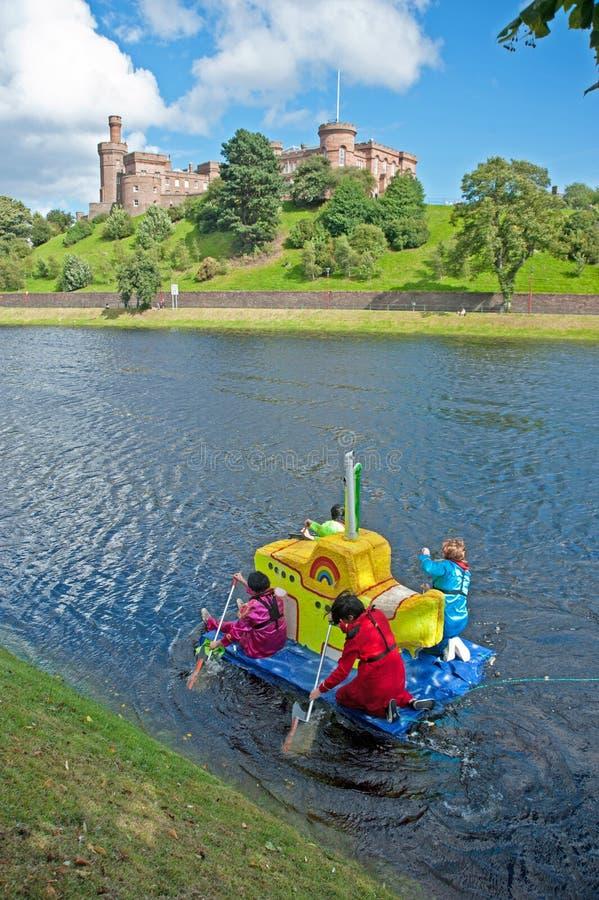 Gul ubåtraft som passerar det Inverness slottet! arkivbild
