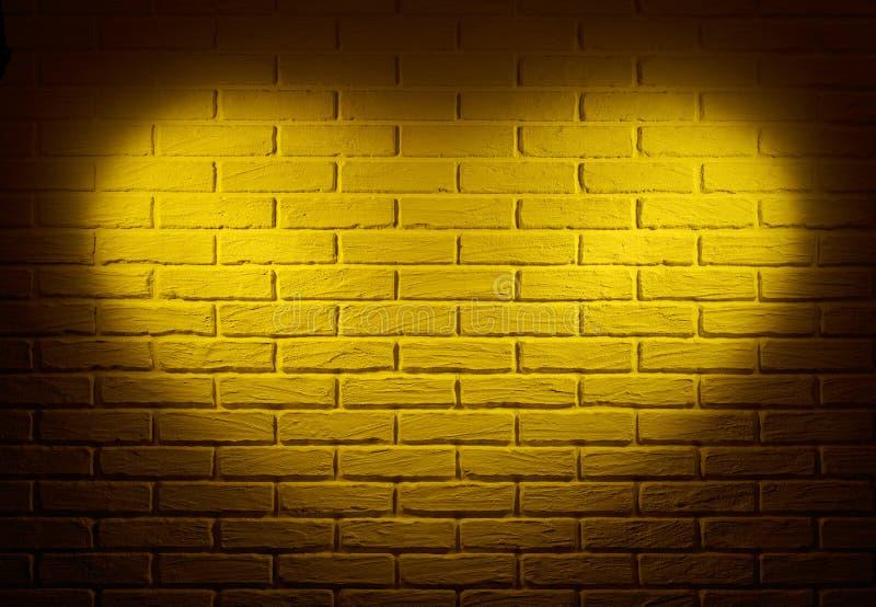 Gul vägg med ljus effekt för hjärtaform och skugga, abstrakt bakgrundsfoto arkivbild