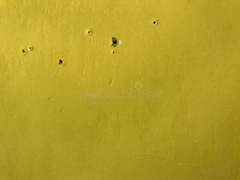 Gul vägg och hål 7th royaltyfria bilder