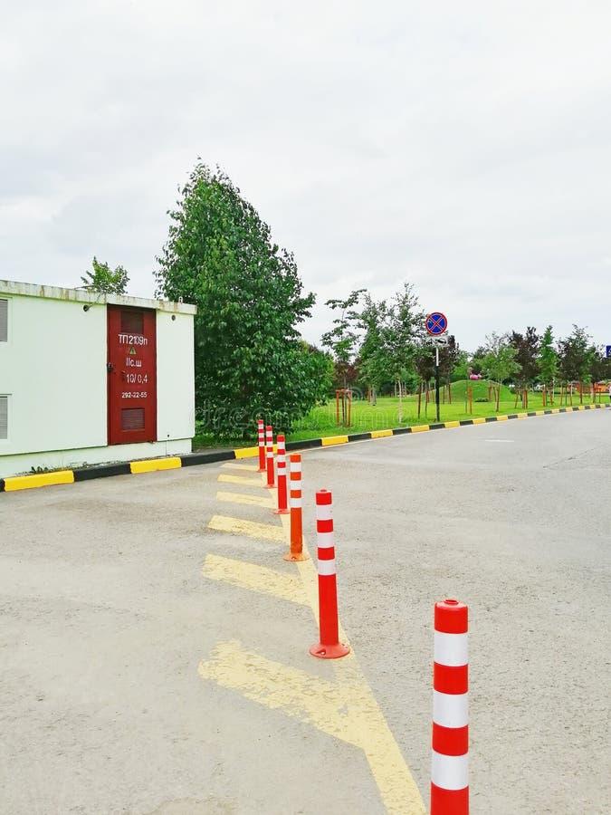Gul vägteckning och pelare som ska begränsas arkivfoton