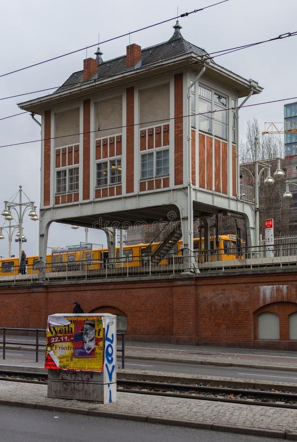 Gula Berlin U-Bahn på gångtunnelstopp royaltyfri fotografi