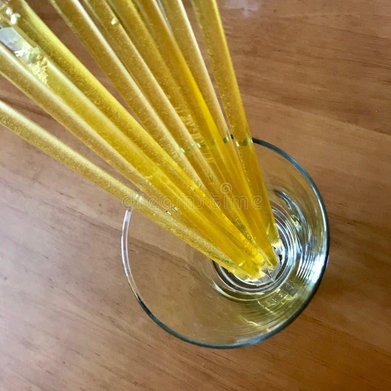 Gula bipinnar ligger beautifully på träköksbordet, smaklig organisk honungefterrätt arkivbild