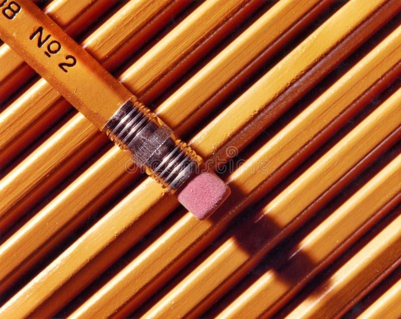 Gula blyertspennor för nummer som 2 får klara att gå tillbaka till skolan arkivfoton