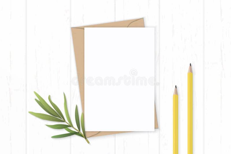 Gula blyertspennor för plant lekmanna- för sammansättningsbokstav för bästa sikt elegant vitt för kraft kuvert papper och dragonb royaltyfria foton