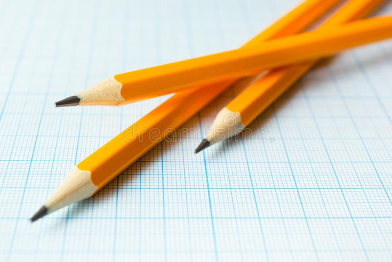 Gula blyertspennor på papper för teckningar, tomt utrymme arkivbilder