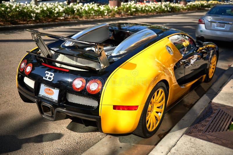 Gula Bugatti Veyron på rodeodrev av Beverly Hills royaltyfri foto