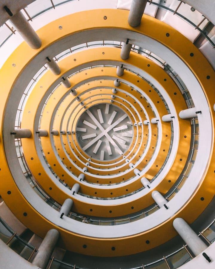 Gula cirklar i en byggnad vektor illustrationer